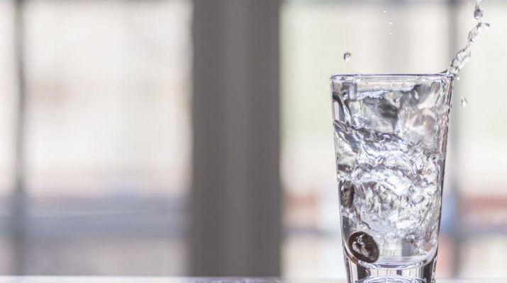 Kolik vody byste měli vypít během dne
