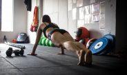 Cvičení s vlastním tělem je efektivní způsob, jak získat sílu a objem. Máme pro vás trénink na střed těla